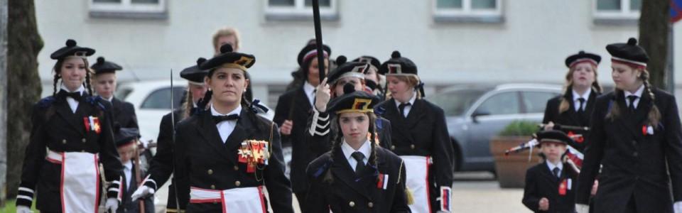 Lungegaardens Buekorps råd, fanegarde og slagere på vei til soldatene på deres stiftelsesdag, 2010.