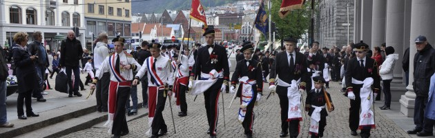 Laksevågs Bueskyttere (t.v), Mathismarkens Bataljon og Markens Bataljon (t.h) marsjerer side om side på Torgallmenningen.